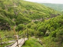 Hölzerne Treppe über Schlucht von Khndzoresk in der Sjunik-Provinz, Armenien 5 stockfoto