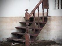 Hölzerne Treppe beschädigt von den Fluten Lizenzfreie Stockbilder