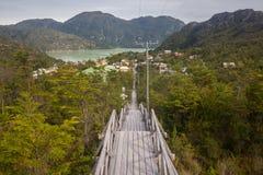 Hölzerne Treppe, die zu das Caleta Tortel, kleines Fischereivillag führt stockbilder