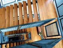 Hölzerne Treppe am Gebäude Stockbilder