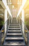 Hölzerne Treppe im Büro stockbilder