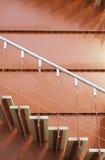 Hölzerne Treppe und rotes Metall Stockfotos