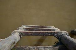 Hölzerne Treppe zu wässern Lizenzfreie Stockfotos
