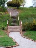 Hölzerne Treppen im botanischen Garten Lizenzfreies Stockfoto