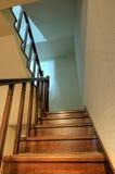 Hölzerne Treppen im neuen Haus Stockbilder