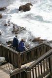 Hölzerne Treppen zum auf den Strand zu setzen Lizenzfreies Stockfoto