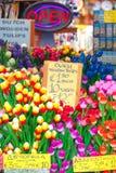 Hölzerne Tulpen für Verkauf zu Bloemenmarkt, Amsterdam Stockbilder