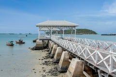 Hölzerne Ufergegendbrücke in der Insel in Thailand Lizenzfreie Stockbilder