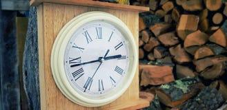 Hölzerne Uhr der Weinlese stockbild