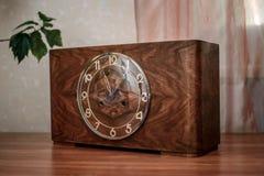 Hölzerne Uhr der Weinlese Lizenzfreies Stockbild