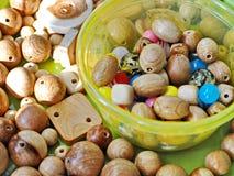 Hölzerne und mehrfarbige Perlen lizenzfreie stockbilder