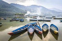 Hölzerne Vergnügensboote auf Fewa See in Pokhara stockfotos