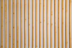 Hölzerne vertikale Latten batten auf einem hellgrauen Wandhintergrund Innendetail, Beschaffenheit, Hintergrund Das Konzept des Mi stockfotos
