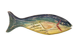 Hölzerne Volkskunstfische lokalisiert. Stockfotografie