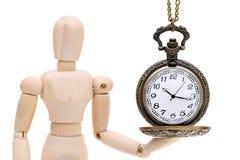 Hölzerne vorbildliche Attrappe, die alte Uhruhr hält Lizenzfreie Stockfotos
