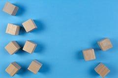 Hölzerne Würfel auf hellblauem Hintergrund Beschneidungspfad eingeschlossen Lizenzfreie Stockfotos