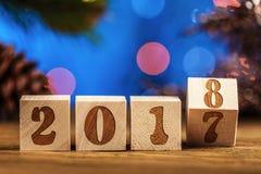 Hölzerne Würfel 2018 Cometh das neue Jahr Unscharfer Hintergrund ein Platz für einen Aufkleber Mit dem neuen Jahr Stockfotos