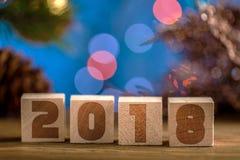 Hölzerne Würfel 2018 Cometh das neue Jahr Unscharfer Hintergrund ein Platz für einen Aufkleber Mit dem neuen Jahr Stockbilder
