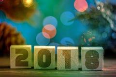 Hölzerne Würfel 2018 Cometh das neue Jahr Unscharfer Hintergrund ein Platz für einen Aufkleber Mit dem neuen Jahr Stockbild
