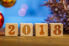 Hölzerne Würfel 2018 Cometh das neue Jahr Unscharfer Hintergrund ein Platz für einen Aufkleber Mit dem neuen Jahr Lizenzfreies Stockfoto