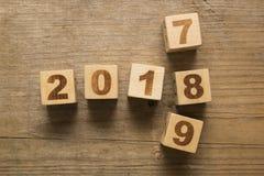 2018 hölzerne Würfel des neuen Jahres Stockfotos