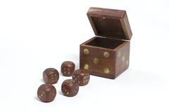 Hölzerne Würfel für das Spielen mit Kasten Stockfoto