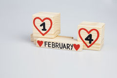 Hölzerne Würfel mit handgeschriebenen und vier roten Herzen des Inneres, Februar-Monat Stockfoto