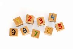 Hölzerne Würfel mit Zahlen für Kinder Lizenzfreie Stockbilder