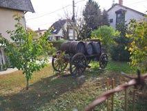 Hölzerne Wagendekoration mit Fässern in einem Garten lizenzfreies stockbild