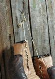 Hölzerne Wand alter Boxhandschuhe Browns Stockfotografie