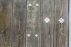 Hölzerne Wand-Beschaffenheit mit Metalldetails Lizenzfreie Stockbilder