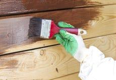 Hölzerne Wand, die Malerpinsel im Braun aufbereitet Stockbild