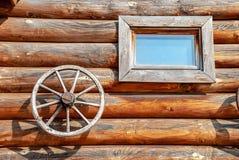 Hölzerne Wand eines Blockhauses Stockfotografie