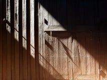 Hölzerne Wand, Licht und Schatten lizenzfreie stockbilder