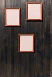 Hölzerne Wand mit Bildern Lizenzfreie Stockbilder