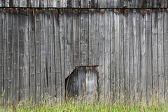 Hölzerne Wand mit einer Tür in der Mitte Stockfoto