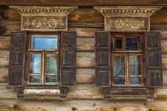 Hölzerne Wand mit Fenster Stockfotografie