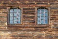 Hölzerne Wand mit Fenster Stockbild