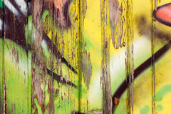 Hölzerne Wand mit Graffiti Lizenzfreie Stockfotos