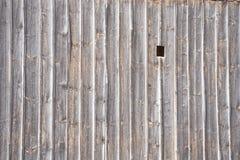 Hölzerne Wand mit Loch Stockfotografie
