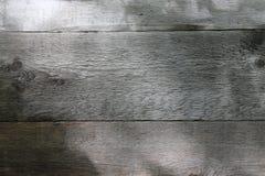 Hölzerne Wand mit Sonnenlicht und Schatten auf Oberfläche Alte Backsteinmauer Lizenzfreies Stockfoto