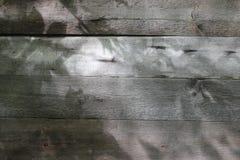 Hölzerne Wand mit Sonnenlicht und Schatten auf Oberfläche Alte Backsteinmauer Stockfotografie
