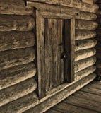 Hölzerne Wand mit Tür Stockfotografie