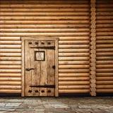 Hölzerne Wand mit Tür Lizenzfreie Stockfotografie
