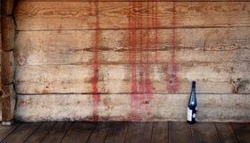 Hölzerne Wand mit Weinflasche Stockfoto