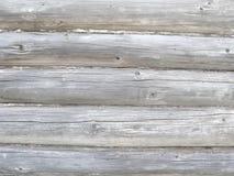 Hölzerne Wand, Schleppseil zwischen Klotz, Sprünge im alten Bauholz, natürlicher Hintergrund lizenzfreie stockbilder