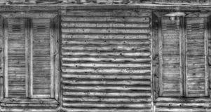 Hölzerne Wand und Fenster in Schwarzweiss Lizenzfreies Stockfoto