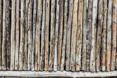Hölzerne Wand von den alten Protokollen Lizenzfreie Stockbilder