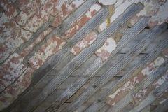 Hölzerne Wand von den Brettern mit Gipsresten Stockbild