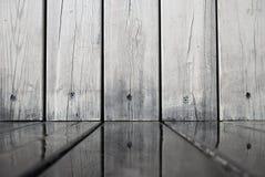 Hölzerne Wandbretter reflektierten sich im Wasser auf dem Boden stockfoto